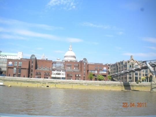 Bangunan di pinggir Thames River